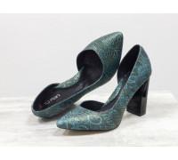 Яркие туфли на глянцевом каблуке, выполнены из эксклюзивной натуральной кожи бирюзового цвета с кружевным рисунком по всей поверхности, коллекция Весна-Лето , Т-1701/1-17