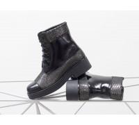 Ботинки на шнурках в черной лаковой коже со вставками из текстурированной 3D кожи с рисунком питон, на устойчивом невысоком каблуке,  Б-16081-17