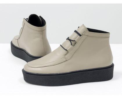 Стильные женские ботинки из натуральной кожи бежевого цвета на шнуровке, в стиле Chukka Boots, на удобной прорезиненной подошве черного цвета с белым кантом, Б-17111-09