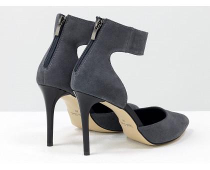 Нарядные туфли с удлиненным носиком, на лаковой шпильке, выполнены из натуральной замши серого цвета с ремешком вокруг щиколотки, Коллекция Весна-Лето, С-1800-02
