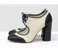 Дизайнерские туфли на каблуке в стиле броги, на шнуровке, из натуральной кожи молочного и черного цвета, на устойчивом черном глянцевом каблуке, Т-1921-01
