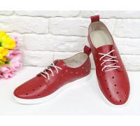 Легкие туфли из натуральной кожи ярко-красного цвета с перфорацией по всей поверхности, на белой эластичной подошве и белой шнуровке, Д-16-01