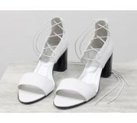 Экстравагантные кожаные белые босоножки с высокой шнуровкой, на устойчивом глянцевом каблуке черного цвета, Эксклюзивная обувь от Gino Figini, С-1965-01