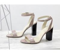 Летние нарядные босоножки на устойчивом глянцевом каблуке, выполнены из натуральной кожи бежевого цвета с легким блеском, С-1799-06