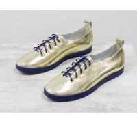 Невероятно легкие туфли-кеды из натуральной кожи золотого цвета на темно-синей эластичной подошве и синей шнуровке , Т-17412-10