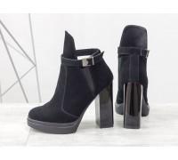 Стильные Ботинки в черной замше с резиновой вставкой сверху отделка в виде замшевого ремешка с застежкой на высоком и устойчивом каблуке, Б-1664-14