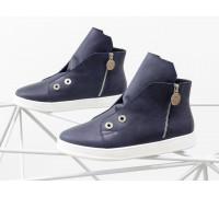 Стильные спортивные женские ботинки-кеды из натуральной матовой кожи синего цвета, с металлическими молниями и крупной фурнитурой, на прорезиненной подошве ярко-белого цвета, Весенняя коллекция от Gino Figini, Б-1822-03