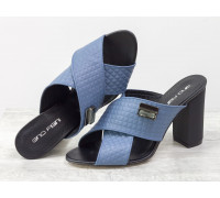 Шлепанцы из натуральной кожи серого-голубого цвета с текстурой, на утолщенном каблуке с объемным рисунком и яркой фурнитурой, Коллекция Весна-Лето, С-17048-08