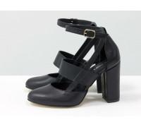 Яркие дизайнерские туфли из натуральной кожи черного цвета на устойчивом обтяжном каблуке, сверху предусмотрен ремешок,  Лимитированная серия, Д-37-01
