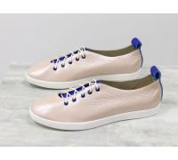 Легкие туфли на шнуровке из натуральной кожи пудрового цвета с лазерным напылением и вставками из ярко-синей кожи, на белой эластичной подошве, Т-17412-13