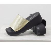 Шлепанцы из натуральной мягкой кожи золотого цвета на устойчивой платформе черного цвета, Летняя Коллекция от Джино Фиджини, С-560-09