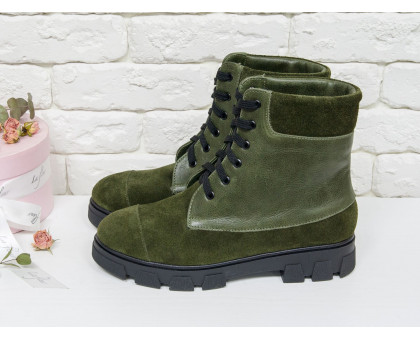 Ботинки в темно-зеленом цвете из натуральной кожи и замши,  на шнурках на устойчивой подошве черного цвета, Зимняя коллекция 2018, Б-16081