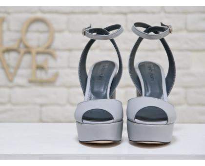 Босоножки из натуральной кожи светло-серого цвета на устойчивом высоком каблуке, который полностью обтянут натуральной кожей,  коллекция Весна-Лето 2017, С-17050