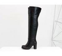 Ботфорты свободного одевания черного цвета, на невысоком устойчивом каблуке, выполнены из натуральной кожи, Коллекция Весна-Осень, М-18127-08