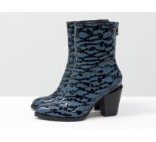 Новинка этого сезона - стильные ботинки из натуральной кожи сизого цвета с крупными черными каплями лака, на скошенном каблуке. Новая коллекция от Gino Figini, Б-1987-02