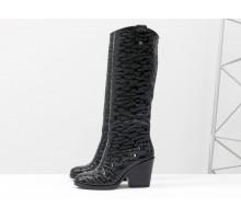 Дизайнерские сапоги казаки из эксклюзивной натуральной кожи черного цвета с крупными каплями лака, на устойчивом каблуке, Новая коллекция от Gino Figini, М-2000-01ч