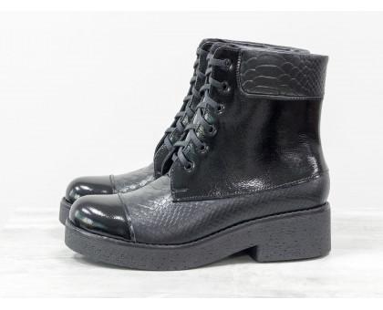Ботинки на шнурках в черной лаковой коже со вставками из текстурированной 3D кожи с рисунком питон, на устойчивой подошве черного цвета,  Б-16081-12