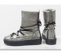 Зимние высокие ботиночки Снегоходы в стиле Moon Boot из натуральной кожи платинового цвета, на прорезиненной утолщенной подошве черного цвета, Б-17112-03