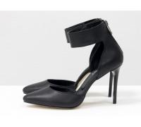 Нарядные туфли с удлиненным носиком, на лаковой шпильке, выполнены из натуральной кожи черного цвета с ремешком. вокруг щиколотки, Коллекция Весна-Лето, С-1800-01
