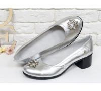 Женские Туфли из натуральной кожи серебряного цвета на устойчивом не высоком каблуке с яркой фурнитурой на носочке, Т-200-11
