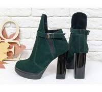 Стильные Ботинки в зеленой замше с резиновой вставкой сверху отделка в виде замшевого ремешка с застежкой на высоком и устойчивом каблуке, Б-1664-10