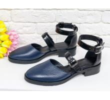 Красивые женские Туфли из натуральной кожи сочетания разных текстур синего и черного цвета, на застежках - черных лаковых ремешках, на невысоком каблуке, Д-23-15