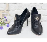 Туфли на каблуке из натуральной  текстурированной кожи черного цвета с поднятым язычком, коллекция Весна-Лето 2017, С-1703