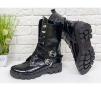 Ботинки-берцы в черной лаковой коже на шнуровке и с кожаными ремешками, представлены на устойчивой подошве черного цвета с глубоким протектором, Б-1961-01