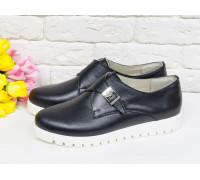 Модные туфли Монки из натуральной кожи черного цвета с металлической пряжкой на низком ходу на яркой белой подошве, Т-16611-04
