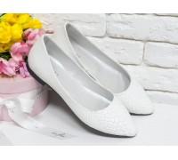 Туфли на низком ходу из натуральной кожи белого цвета с текстурой питон, на тонкой черной подошве,  Т-413-40