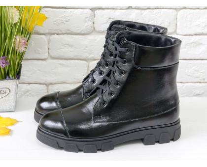 Ботинки на шнуровке в черной лаковой коже, на устойчивой утолщенной подошве черного цвета,  Б-16081-15