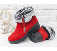 Яркие женские ботинки из натуральной красной замши, украшены сверху меховой опушкой, на удобной не высокой танкетке, Коллекция Осень-Зима 2017-2018, Б-17115