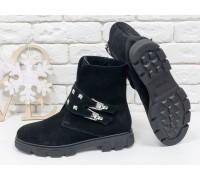 Ботинки в черной замше с заклепками и пряжками, на черной тракторной подошве, коллекция осень-зима, Б-1660-04