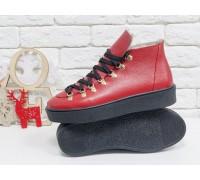 Спортивные ботинки ярко-красного цвета, из натуральной коже флотар, с большими металлическими подшнуровками и с черными шнурками, на прорезиненной черной подошве, Б-17406-06