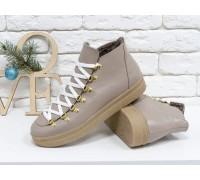 Спортивные ботинки бежевого цвета, из натуральной коже, с большими металлическими подшнуровками, на прорезиненной подошве в тон, Б-17406-08