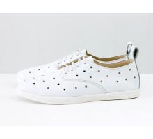 Легкие туфли из натуральной кожи белого цвета с перфорацией по всей поверхности, на белой эластичной подошве и белой шнуровке, Д-16-08