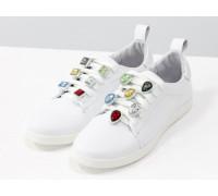 Базовые кожаные кеды  белого цвета, украшены на шнуровке яркими камнями, тренд 2020 года, Новая коллекция от Джино Фиджини, Т-17026-16