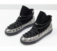 Спортивные ботинки с мягким язычком из натуральной кожи цвета никель и замши черного цвета, с большими металлическими подшнуровками, на прорезиненной подошве черного цвета, Т-174020-01