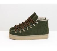 Крутые спортивные ботинки из матовой зеленой кожи, с яркими металлическими подшнуровками, на прорезиненной бежевой подошве, Б-17406-01