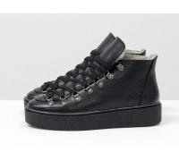 Спортивные ботинки черного цвета, из натуральной коже флотар, с большими металлическими подшнуровками, на прорезиненной подошве в тон, Б-17406-04