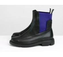 Яркие кожаные челси черного цвета со вставками из эластичной ленты сине-фиолетового цвета по бокам, на утолщенной черной легкой подошве,  Б-1825-01