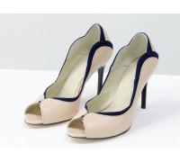 Шикарные классические туфли с открытым носиком из натуральной кожи пудрового цвета и вставками из синей замши, на высокой глянцевой -шпильке черного цвета,  Т-1952-02