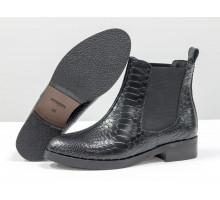 Ботинки Челси свободного одевания из натуральной кожи с текстурой питон черного цвета на невысоком каблуке, с широкой черной резинкой, Б-1788-15