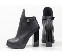 Ботинки в  черной коже с резиновой вставкой сверху отделка в виде кожаного ремешка с застежкой на высоком и устойчивом каблуке, Б-1664-08