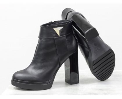 Ботинки в черной коже сверху отделка в виде кожаного ремешка с металлической фурнитурой на высоком и устойчивом каблуке, Б-1662-01