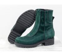 Модные высокие дизайнерские ботинки в зеленой замше и отделкой из черной коже на утолщенной брутальной подошве на невысоком каблуке, Б-1821-05