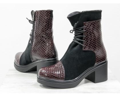 Ботинки на шнурках из натуральной замши черного цвета со вставками из лаковой бордовой кожи с текстурой питон, на устойчивом, невысоком каблуке черного цвета, Коллекция Осень-Зима, Б-1607-07