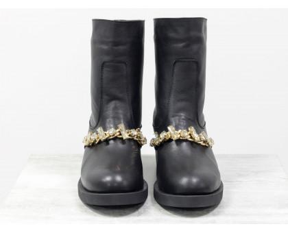 Полусапожки свободного одевания из натуральной кожи черного цвета, спереди украшены кристаллами золотого цвета, на удобной прорезиненной подошве, Коллекция Осень-Зима, Б-17105-01