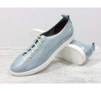 Невероятно легкие туфли-кеды из натуральной кожи ярко голубого цвета с лазерным напылением на белой эластичной подошве. Красивая шнуровка с золотыми элементами, Т-17412