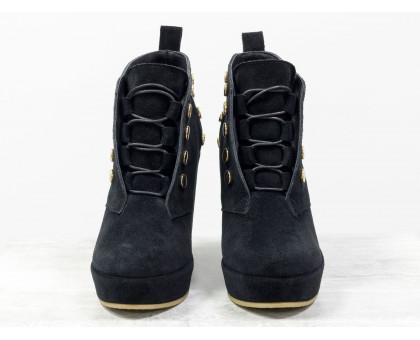 Стильные женские Ботинки черного цвета на высокой танкетке, обтянутой натуральной замшей, украшены металлическими заклепками золотого цвета, на шнуровке, Коллекция Осень-Зима, Б-17106-01